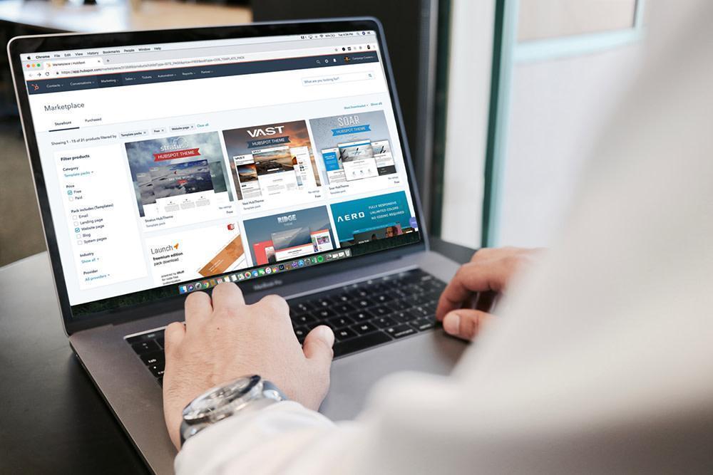 Pohľad na notebook s e-shopom s nábytkom